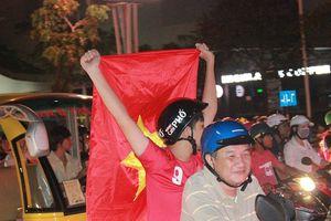 Hàng ngàn cổ động viên Cần Thơ ăn mừng chiến thắng của đội tuyển Việt Nam