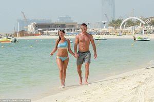 Cựu Hoa hậu Anh ôm hôn tình tứ với hôn phu tại bãi biển Dubai
