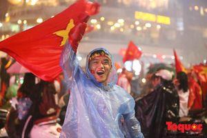 Bất chấp mưa lớn, các CĐV Việt Nam vẫn hô vang tên thầy trò HLV Park Hang-seo