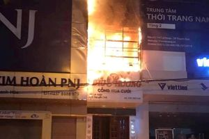Cháy lớn ở cửa hàng hoa cưới, cả khu phố náo loạn
