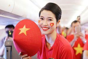 CĐV Việt Nam hát vang Quốc ca trên đường tiến về sân Pakansari