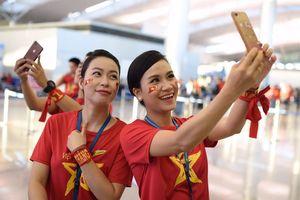 Tiếp viên Vietnam Airlines mặc áo cờ đỏ sao vàng phục vụ CĐV Việt
