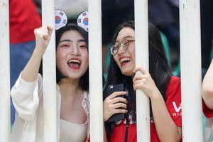Cổ động viên Hàn - Việt đọ sắc trên khán đài trận bán kết