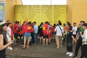 Sân Hàng Đẫy quá tải CĐV cổ vũ U23 Việt Nam, nhiều người ngậm ngùi đứng cổng