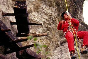 Những chiếc quan tài treo trên hang đá cao khoảng 30 mét