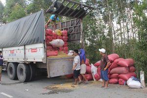 Ngang nhiên bốc dỡ hàng hóa trên xe quá tải, chống đối thanh tra giao thông