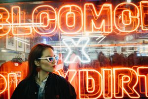 Giới trẻ Châu Á rầm rộ săn ảnh chất với đèn neon