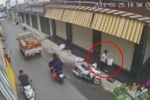 Người phụ nữ đi xe sang trộm tiền của bà cụ bán rau