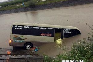 Hải Dương: Xe khách mất lái, đâm vào 3 người rồi lao xuống sông