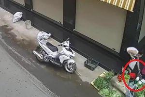 Bắt giữ người phụ nữ đi xe sang trộm túi tiền của bà cụ bán rau