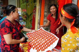 Đường phố Hà Nội rực sắc đỏ cổ vũ Olympic Việt Nam quyết đấu Olympic Hàn Quốc