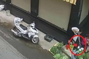 Đã bắt được người phụ nữ ăn mặc lịch sự, đi xe sang trộm túi tiền của bà cụ bán rau vỉa hè