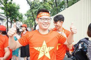 Người dân Thủ đô hào hứng xếp hàng chờ được tặng 1.000 áo phông cờ đỏ sao vàng miễn phí cổ vũ cho Olympic Việt Nam