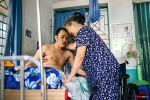 Cảm phục 'Bà tiên' giữa đời thực: Gần 2 năm chăm người dưng bại liệt