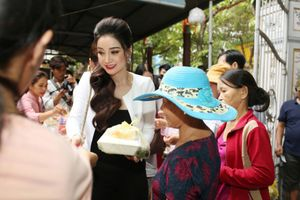 Hoa hậu Hồng Tươi làm ấm lòng bà con nghèo ở Huế