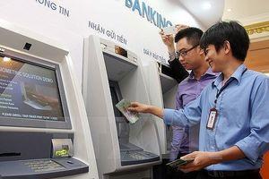 Giảm hạn mức rút tiền ATM trong đêm khuya chỉ là giải pháp tình thế