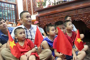 Mẹ Quang Hải và cổ động viên tiếc nuối sau trận thua của Olympic Việt Nam