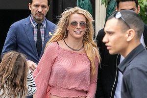 Ăn vận trẻ trung, Britney Spears vẫn lộ vẻ già nua kém sắc khi đi dạo phố