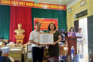 Phòng Giáo dục quận Cầu Giấy tặng quà cho học sinh vùng lũ