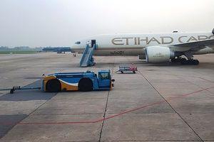 Xe máy va chạm ô tô tại sân bay Nội Bài làm một công nhân tử vong