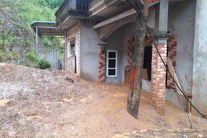 Mưa lớn gây sạt lở, nhiều nhà dân và phòng học đổ sập