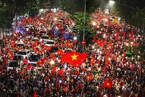 Nghỉ làm cổ vũ bóng đá, không phải người Việt ham chơi!