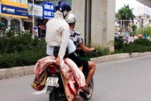 Chở thịt heo bằng xe máy, không đóng thùng sẽ bị xử phạt
