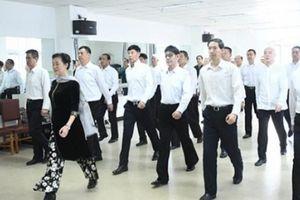 Nam giới trung niên Trung Quốc học làm người mẫu