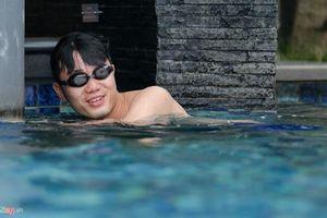 Trước trận U23 Việt Nam tranh HCĐ, cầu thủ quậy tung bể bơi