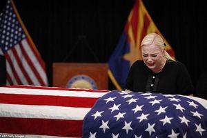 Cảm động con gái thượng nghị sĩ John McCain nghẹn ngào bên linh cữu cha