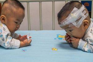 Vợ chồng nghèo Trung Quốc bốc thăm chọn cứu một trong hai con sinh đôi