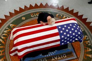 Vợ nghị sĩ John McCain bật khóc, hôn lên linh cữu chồng