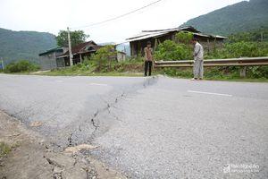 Quốc lộ 7 ở Nghệ An 'nứt gãy' sau mưa lũ