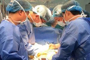Bà nội, chú họ hiến gan cứu 2 bệnh nhi nguy cơ tử vong cao