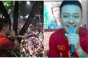 Tuấn Hưng 'gây' náo loạn phố đi bộ Hà Nội sau trận bán kết của đội tuyển Việt Nam