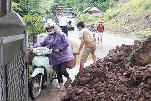 Mưa to, sạt lở ở Sơn La, nhiều tuyến giao thông tê liệt