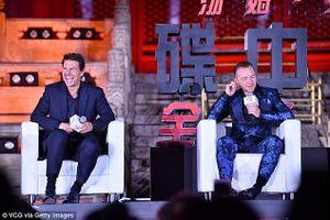 Tom Cruise bảnh bao với vest, cười hết cỡ trong buổi giao lưu cùng fan