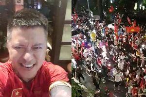 Tuấn Hưng ra ban công nhà, hát 'Tôi yêu bóng đá' với hàng trăm cổ động viên Việt Nam