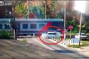 Clip: Lao qua đường ray bị tàu hỏa đâm, tài xế ô tô con chết thảm