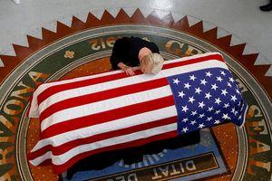 Những hình ảnh đầu tiên trong lễ tang Thượng nghị sỹ John McCain