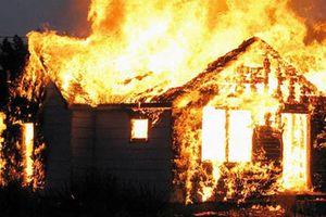 Bé gái 2 tuổi bỏng nặng trong căn nhà cháy