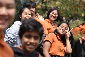 Học sinh Indonesia vây kín Olympic Việt Nam tập luyện