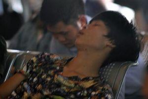 Ảnh, clip: Vật vã đợi xe 5 tiếng tại bến Mỹ Đình về quê nghỉ lễ
