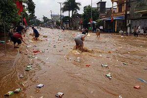 Lũ cuốn kho hàng siêu thị ở Sơn La, người dân lao ra vớt