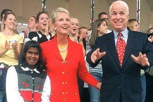 Xúc động tình phụ tử của Thượng nghị sĩ McCain và con gái nuôi
