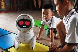 Lạ: Robot bảo mẫu lần đầu được thử nghiệm tại vườn trẻ ở Bắc Kinh