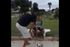 Video tối cười: Trộm tiền của người ăn xin mù, thanh niên nhận cái kết đắng