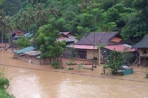 Nghệ An: Nước lũ từ Lào đổ về ngập nóc nhà dân