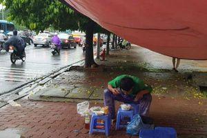 Rơi nước mắt bữa cơm trưa vào lúc 17h chiều của tài xế xe ôm Grab giữa Thủ đô