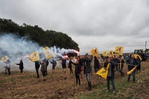 Nông dân Pháp biểu tình phản đối bán đất cho Trung Quốc